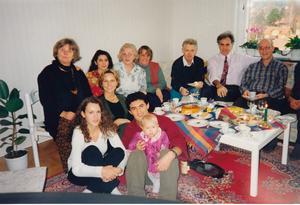 Amineh Kakabaveh med sina nya vänner i Västerås.