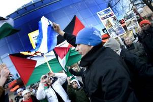 Plötsligt tände en av demonstranterna eld på ett papper med den israeliska flaggan.