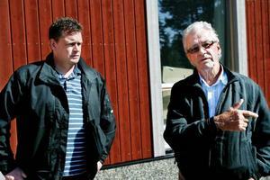"""""""Det här är jättestort. Jag vet inte om Jämtland någonsin fått en sådan här stor order"""", säger en mäkta belåten Klas Lif, vd och ägare till Storsjöhus, till höger i bild. Tillsammans med Pilgrimstahus kommer han och de båda fabrikernas produktionschef Johan Hamberg trygga 25–30 arbetstillfällen för Bräcke kommun under minst åtta år framöver."""