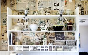 För att få rätta retro-känslan i köket så tapetserades en hel vägg i köket med tidningar från 1930-talet.