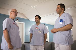 Olof Agner på Hamrånge hälsocentral har fått nya kollegor. Habibullah Haziq från Afghanistan är nu ST-läkare och Jabr Al Refai från Syrien gör språkpraktik för att kunna få svensk läkarlegitimation.