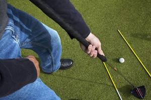 Att greppa klubban med en hand kan vara en stor utmaning.