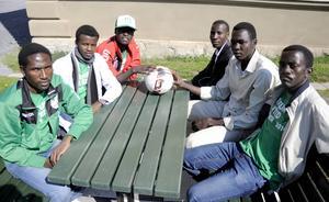 I juni deltog de i fotbollsturneringen Conifa world cup i Östersund. Nu hoppas Musbank Abdallah Ahmed, Sadam Hissien Dihe, Mahamed Mohmoud Annour, Biskara Khalil Bahrkanna och Ismail Abdulrhman Ibrahim få stanna i Sverige och inte behöva återvända till Darfur – där det råder fullt krig. Östersundsbon Abdalrahim Mussa Hassan (i kavaj), hjälper dem att komma till rätta i Sverige.