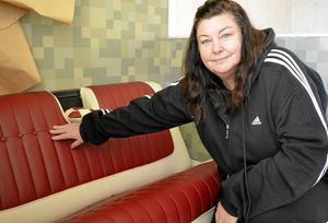 Reklamsäte. Det röda sätet renoverade Pia Jansson till en Cadillac som hon och maken hade tänkt köpa, men nu fungerar det som arbetsprov när Pia visar upp sig på bilmarknader.