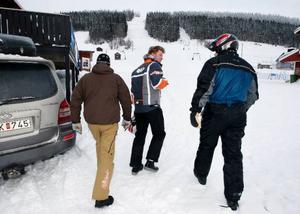 I går var den norske mäklaren Öivind Riibe (mitten) på besök  i Almåsa. Det är han som sköter försäljningen av anläggningen.Tommy Åsell till vänster, visade mäklaren och den norske intressenten Elling Enger runt i området.