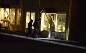Polisens tekniker arbetade innanför avspärrningarna intill E14 under natten.
