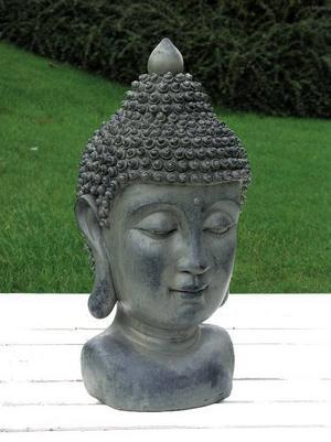 Stenstod. Små figurer som den här 25 centimeter höga Buddah hör våren till i trädgården i år. Den är gjord i stenliknande material och finns i olika utföranden både som människor och djur.