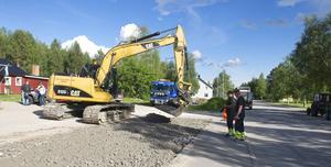Vägen genom Linsell har breddats för att transporter med delar till vindkraftverken på Glötesvålen ska kunna svänga in på väg 502 mot Glöte.