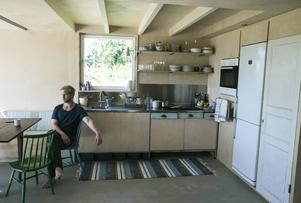 """Köket är navet i huset och kombinerat med allrummet. Allt är second hand - väggar, inredning, vitvaror, möbler. """"I dag har jag äntligen fått vatten draget till huset också – det kommer att underlätta mycket för oss,"""" säger Leo Qvarsebo."""