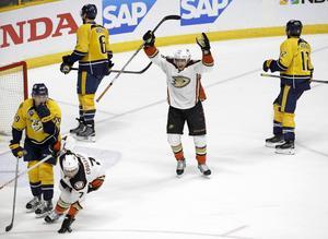 Jakob Silfverberg firar efter att sin assist till Cogliano som resulterade i 4-1. Ducks utjämnade därmed matchserien och Stanley Cup-slutspelet lever för Silfverberg.