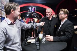 Hockeypuls Daniel Sandström träffar Roger Melin och Ove Molin under upptaktsträffen. Där och då var det två optimistiska tränare.