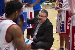Tommie Hansson vill bygga upp spelarna fysiskt inför semifinalerna.