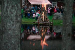 Brasan flammar stolt mot hyttdammens vattenspegel.