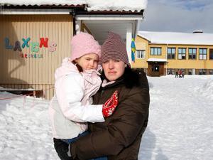 """""""Jag är chockad över de höga radonvärdena"""", säger Helena Nyborg, som har sitt yngsta barn, Lea i förskolan där Helena också jobbar. Dessutom går hennes andra två barn, Nora och Sara i skolan."""