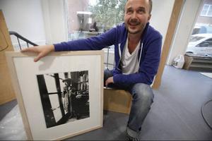 Mathias Johansson är född och uppvuxen i Stugun och jobbade i ungdomen på Jämtlamell i Stugun. Idag öppnar han sin fotoutställning på Bolins.-----------Bilderna på Louise Bourgeois väckte sensation när Mathias visade dem första gången. Ingen hade kommit nära den skygga konstnären på flera åt.