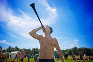 Enda vuvuzelan i Örebro? Tapio Saaranen från Göteborg blåser i den hett omdebatterade tutan vars ljudnivå kan uppgå till hela 131 decibel.