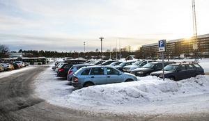 Parkeringarna vid Sundsvalls sjukhus är ett stort problem eftersom de är för få, vilket medför cirkulerande bilar hela dagarna som letar parkering, skriver