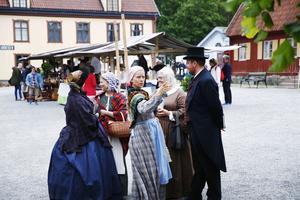 Living history – att låta historien få liv med hjälp av skådespel – är något Torekällberget börjat använda även i andra arrangemang som till exempel julmarknaden.