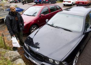 Bekymrad. Ricky Ytterberg är en av flera på Källbergsvägen som fått sin bil repad. FOTO: JACKIE MEH