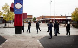 Bäckby torg, sen vardagseftermiddag. De unga män som håller till utanför Bäckbyhuset vill inte prata med VLT.
