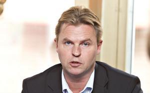"""""""Regeringen skapar 400 nya utbildningsplatser för ingenjörer och det är viktigt för Ovako i Hofors och Sandvik i Sandviken att det finns ingenjörer när de behöver rekrytera"""", sa Hans Backman (FP).Foto: Lars Wigert"""