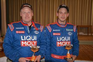 Fredrik Borg, till höger på bilden, samtco-driver Mats Jönsson var framgångsrika i förbundsmästerskapet. Silver itvåhjulsdrivna klassen, silver i junior samt etta i B-förarcupen.
