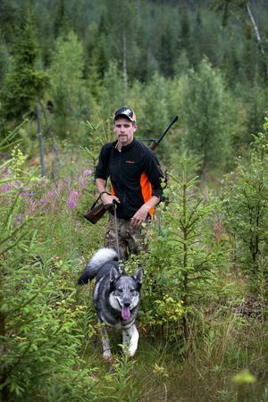 Inför jaktsäsongen blir det tuff försäsongsträning för hunden Cliff med bland annat simning, cykling och lydnad.