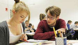 Johan Forssén jobbar i vanliga fall som ingenjör. Men intresset för matematik är stort och att då kunna hjälpa elever i ämnet tycker han är det bästa av två världar.