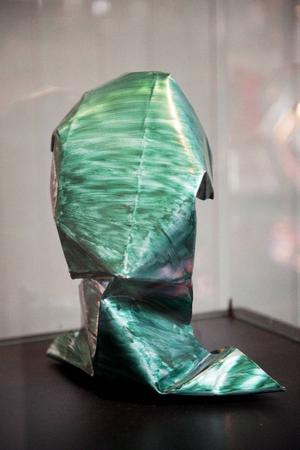 Jimmy Dahlbergs aluminiumskulpturer i Jamtlis entréhall är fascinerande och riktigt vackra, tycker Christer B Jarlås.Plåten, placerad på piedestal, får ett eget liv när den skiftar i olika ljus.