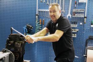 Roger Eriksson visar här hur det går till, när man demonterar en pump som behöver renoveras.