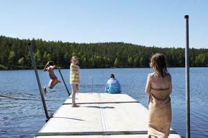 Bad i strålande sol. Många hade tagit sig till Stångtjärn i Falun för att passa på att bada innan vädret slår om i veckan. Nu blir det brrr...