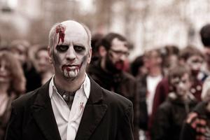 Om inget annat så är en zombie den perfekta halloweenutstyrseln.
