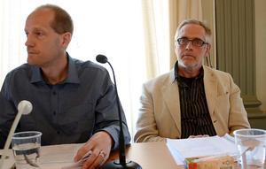 Jan Larsson (V) till höger säger att politikerförakt kan födas om medborgarförslag tar flera år att behandla och besvara. Här intill Ulf Carlsson (S), kommunfullmäktiges ordförande i Nora.