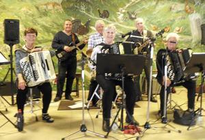 Dragspelskullorna sjöng och spelade vid PRO Älvdalens musikcafé.