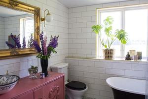 För att renovera badrummet tog Isabella och Axel hjälp av Isabellas bror som är plattsättare. Det gamla skåpet fyndades på loppis och sedan har Isabella målat det rosa med chalk paint och förvandlat det till en kommod.
