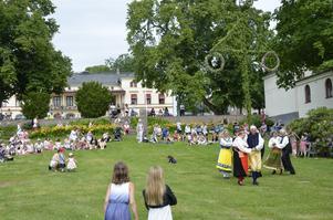 Det dansades kring midsommarstången i Oscarsparken i Lindesberg.