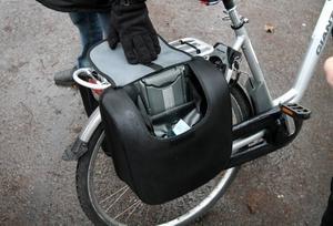 LADDAR. I en väska på pakethållaren finns batteriet till elcykeln.