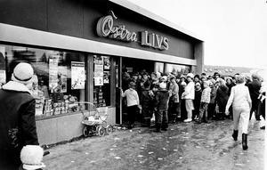 Kön ringlade lång utanför Östra Livs öppningsdagen 1963. Torsten Kassman tvingades till och från stänga ingången då det blev fullt i butiken.