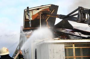 Branden började antingen i bilen eller i husvagnen som stod bredvid huset. Lågorna spred sig snabbt till husets vind och röken låg tät över bostadsområdet i Stråtjära.