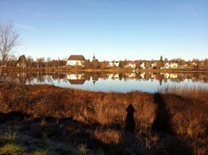 Kyrksjön och Ljusdals kyrka under förmiddagspromenaden.