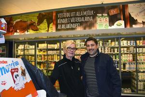 Annika Simm Eriksson tillsammans  vill lyfta fram och slå ett slag för lokalproducerade mjölkprodukter. Här tillsammans med ICA-handlaren John Öhrnell i Malung.
