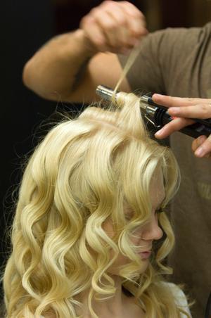 Locka håret till festen. Men olika stylingverktyg kan du få till den rätta frisyren.