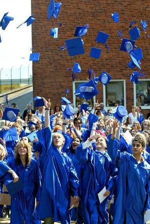 Året var 2005 och examensceremonin avslutades på traditionellt engelsk-amerikanskt vis med att mössorna kastades upp i luften.