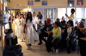 På SFI i Norrtälje anordnades ett Luciatåg under torsdagen.