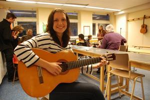 15-åriga Frida Rolin hoppas bli ännu bättre på att spela gitarr under tiden i musikverkstaden.