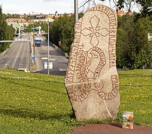 Här vid Östersundet på Frösösidan ristar Tryn runorna i romanen