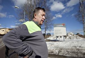 På hyvleriet tog de hand om varandra efter nedläggningsbeskedet, berättar Reidar Lingvall. Trots att han är en av de långt över hundra som förlorar jobbet är han optimistisk inför Norrsundets framtid.