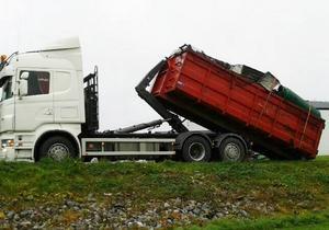 En fullastad lastbil med skrot på väg till deponi. De gav 10 000 kronor till barncancerfonden.