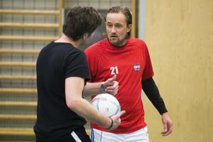 Nye tränaren Patrik Jonsson i samspråk med Edijs Ivasko.