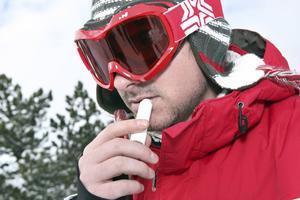 Under vintern ökar behovet av att vårda torra och nariga läppar.